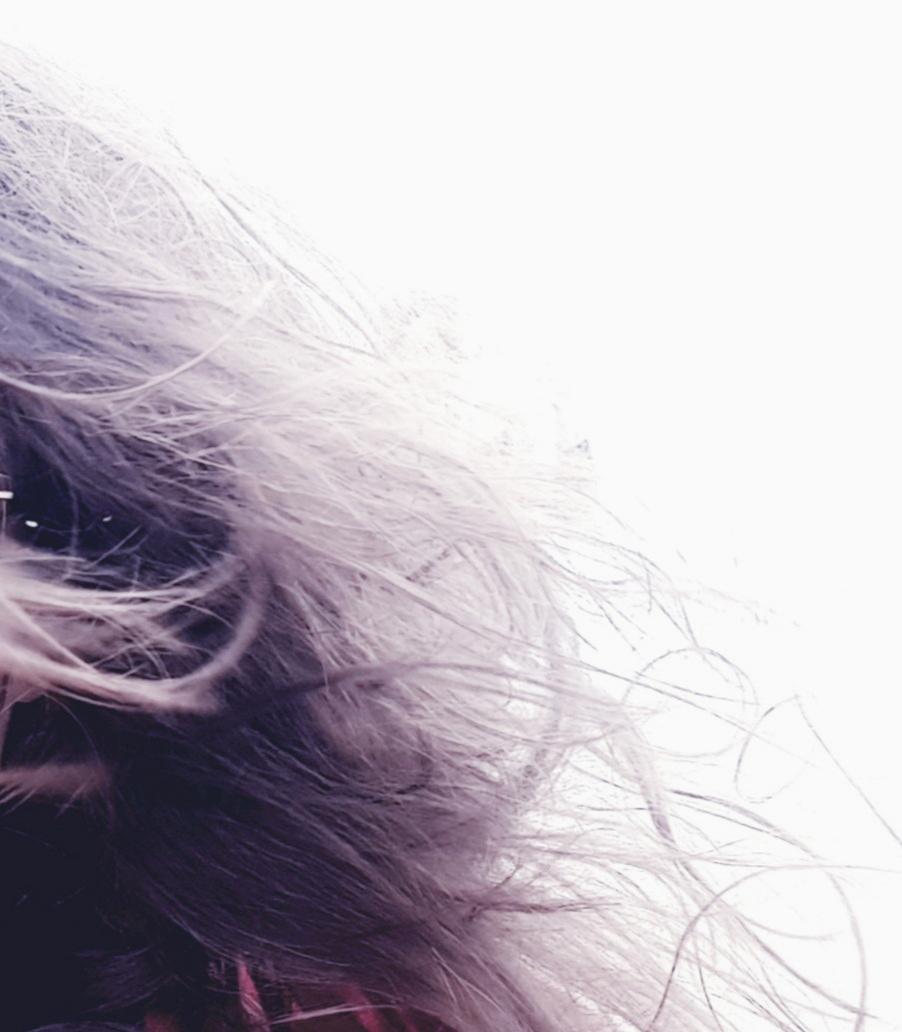 lange haren die in de wind wapperen. Verlies van haar door knippen bij de kapper of door ziekte kanker. Het groeit weer aan en gaat er nooit meer af