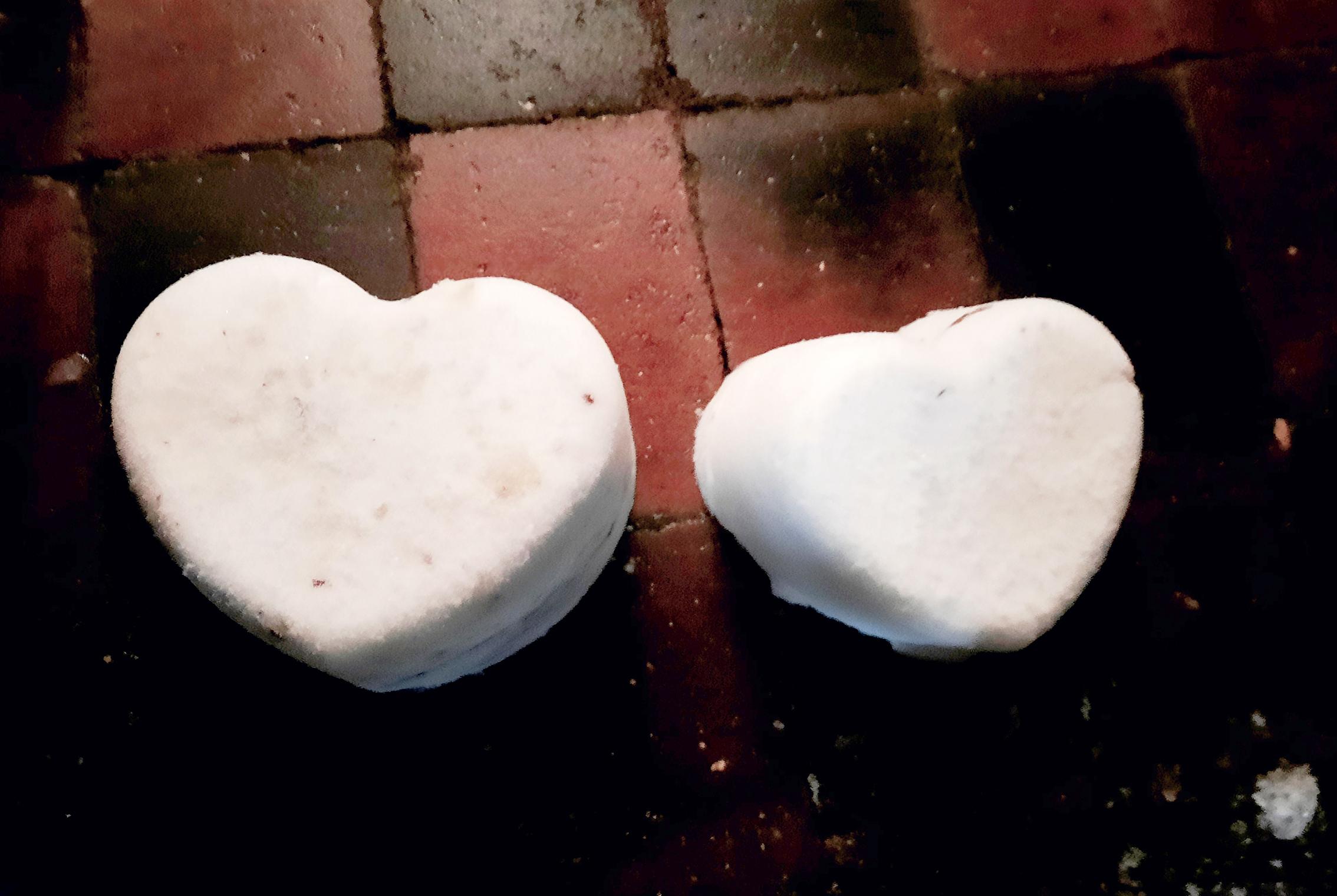 Twee hartjes behorend bij gedicht Trui. Gaat over liefde, Valentijn. Je hoort bij elkaar